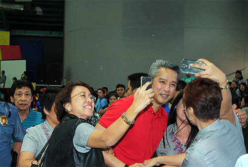 Gov. Jonvic Remulla gamely poses with teachers